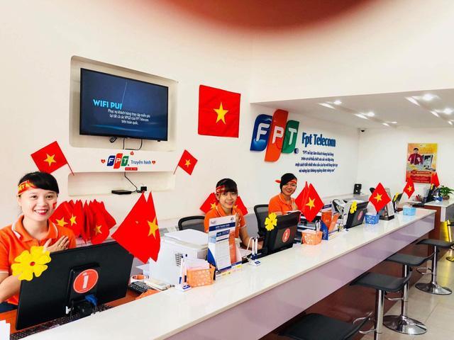 Điểm giao dịch Fpt HCM tặng cờ Việt Nam cho khách hàng