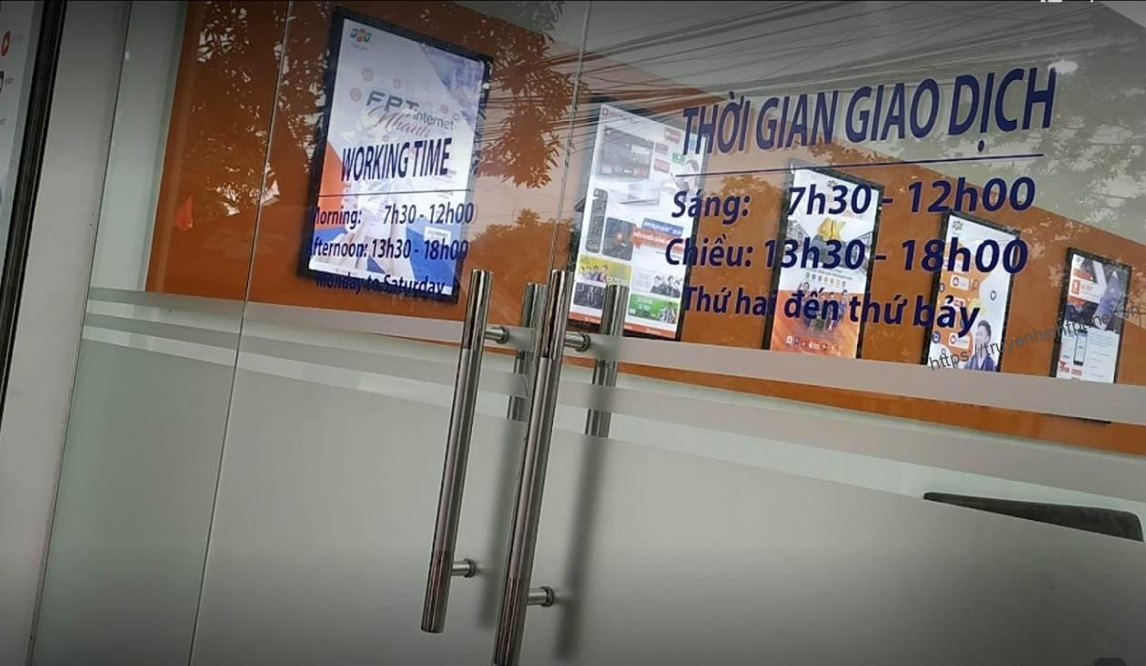 Thời gian làm việc của Fpt Telecom được ghi trên cửa văn phòng giao dịch