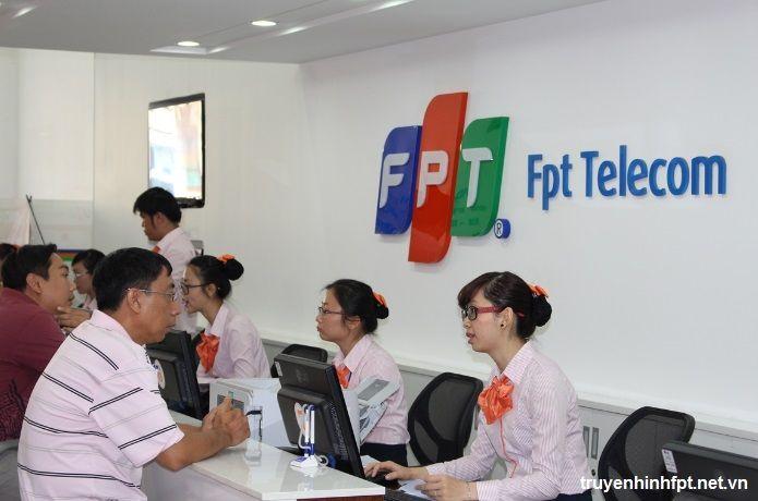 Khách hàng đóng phí thủ tục chuyển địa điểm tại quầy Fpt